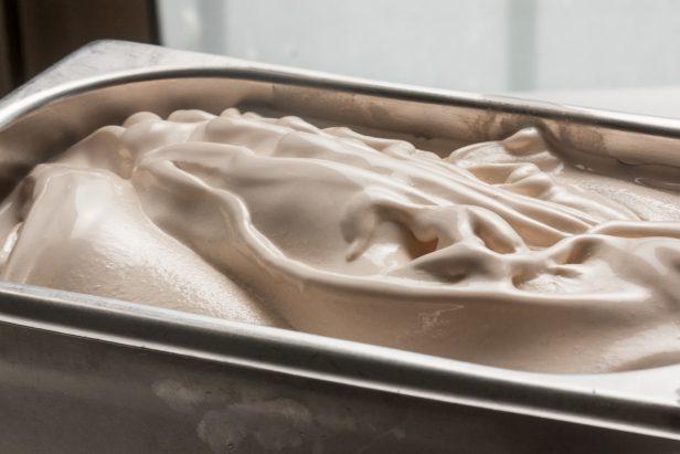 גלידת פרלינה שיצאה ממכונת הגלידה