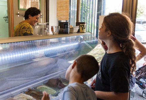 ילדים בוחרים גלידה במוסלין ירושלים הנשיא